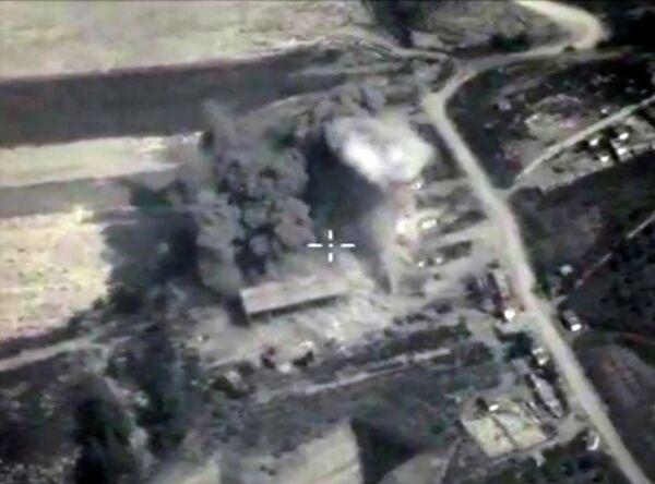 Авиаудар ВКС РФ по позициям Исламского государства в Сирии. Кадр из видео, опубликованного Министерством обороны РФ