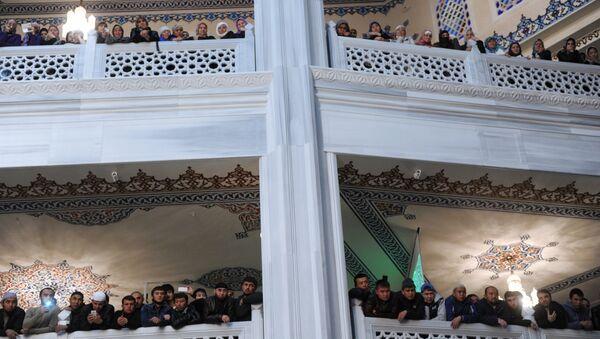 Верующие в московской Соборной мечети, куда доставили почитаемую мусульманами во всем мире реликвию - волос пророка Мухаммеда