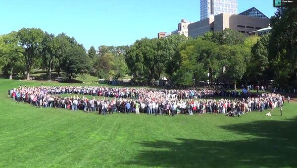 Жители Нью-Йорка выстроились в символ мира в честь Джона Леннона