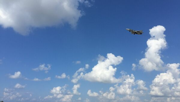 Российский самолет Су-24 садится на авиабазе Хмеймим в Сирии