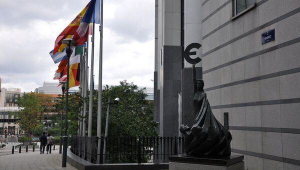 Скульптура европейской валюты перед зданием Европейского парламента в Брюсселе. Архивное фото