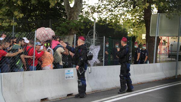 Беженцы на сербской границе ждут возможности перейти на венгерскую сторону на КПП Хоргош-Реске (Венгрия)