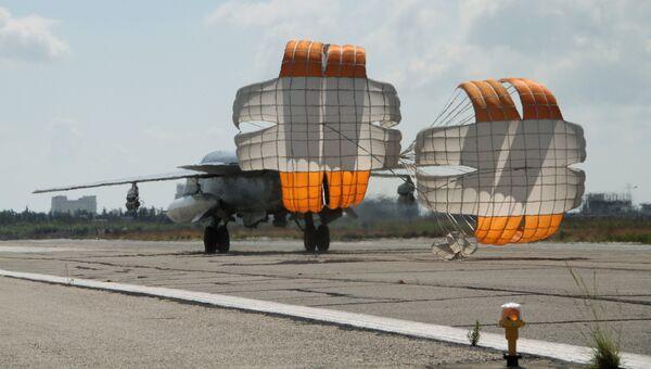 Российский истребитель-бомбардировщик Су-24 садится в аэропорту Латакии