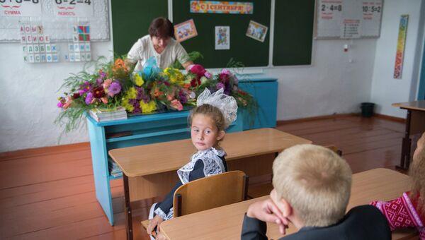 Первоклассники на уроке в школе в селе Кирилино Омской области. Архивное фото