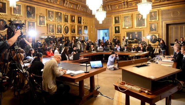 Представители СМИ собираются в Королевской шведской академии наук перед объявлением лауреата Нобелевской премии по экономике
