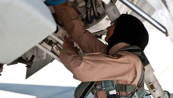 Первая женщина-пилот ВВС Арабских Эмиратов майор Марьям аль-Мансури возле своего истребителя F-16