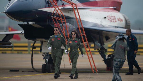 Летчики из пилотажной группы ВВС Китая возле самолета J-10