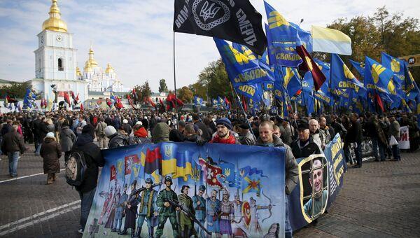 Члены Правого сектора во время марша в честь годовщины создания УПА в Киеве