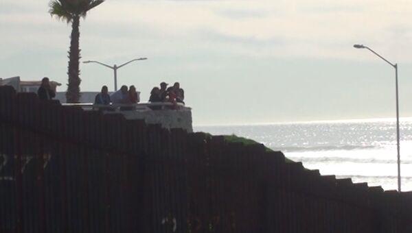 Стена на границе с Мексикой. Архивное фото