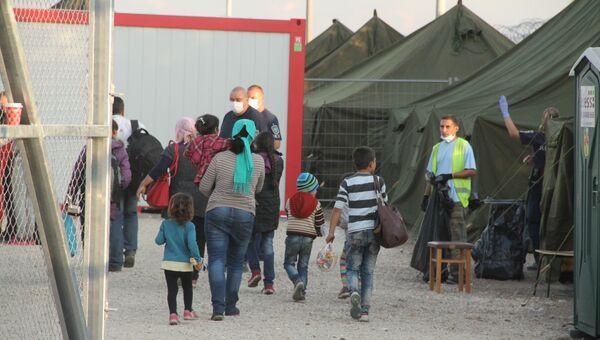Беженцы заходят в миграционный пункт венгерской полиции. Архивное фото