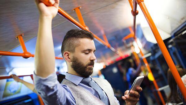 Пассажир в автобусе. Архивное фото