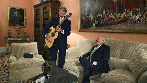 Госсекретарь США Джон Керри с гитарой, подаренной министром иностранных дел Испании Хосе Мануэль Гарсией Маргальо. Октябрь 2015