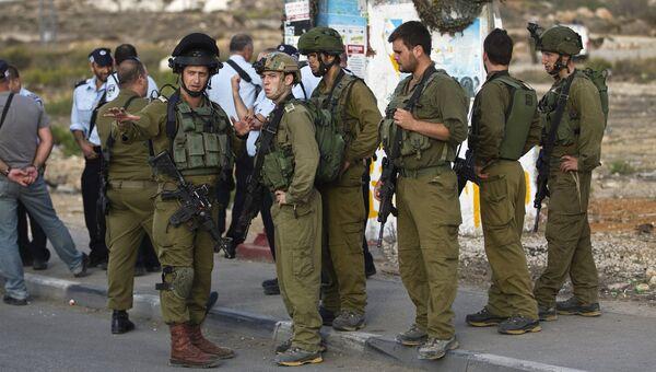 Израильские солдаты на месте убийства палестинца совершившего наезд на остановку