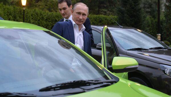 Президент России Владимир Путин садится за руль новой модели АвтоВАЗа Лада Веста