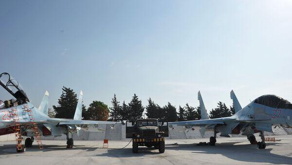 Истребители Воздушно-космических сил РФ СУ-30СМ готовятся к вылету с авиабазы Хмеймим в сирийской провинции Латакия