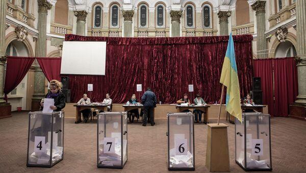 Избирательный участок в Харькове во время выборов в органы местного самоуправления