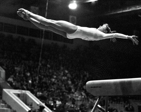 Двукратная чемпионка Олимпийских игр по спортивной гимнастике Ольга Корбут выполняет опорный прыжок