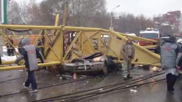 Башенный кран упал на проезжую часть в Омске и смял машины. Кадры с места ЧП