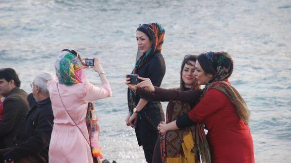 Туристы на острове Киш в Иране