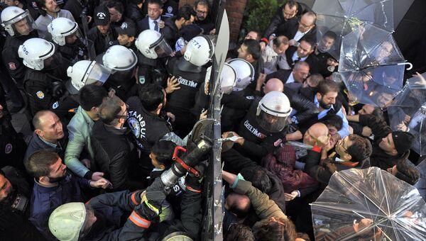 Полиция Турции берет штурмом телевизионную станцию Koza-Ipek в Стамбуле