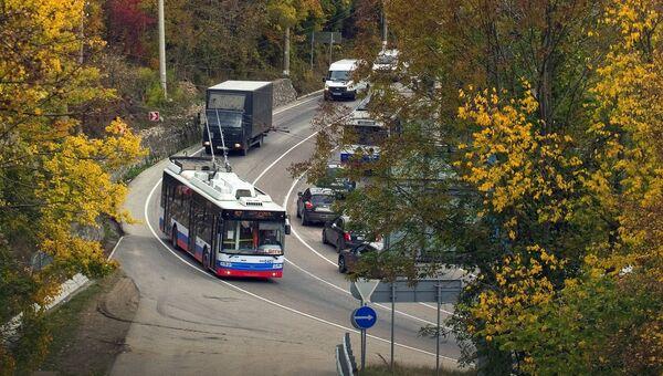 Автомобили на трассе Симферополь - Ялта в районе горы Демерджи. Архивное фото