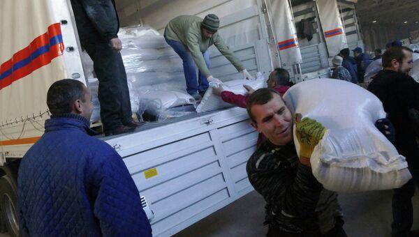 Разгрузка машин гуманитарного конвоя МЧС для жителей Донбасса. Архивное фото