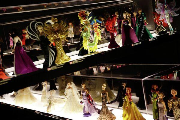 От стюардессы до подружки Джеймса Бонда. Выставка куклы Барби в Милане