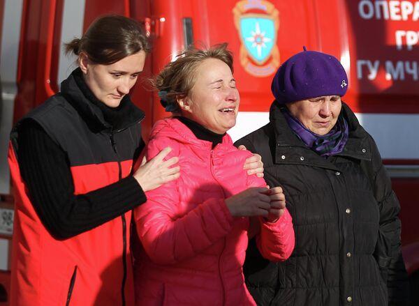 Психолог МЧС помогает родственникам пассажиров рейса 9268 в аэропорту Пулково, где должен был приземлиться потерпевший катастрофу лайнер Airbus-321 авиакомпании Когалымавиа