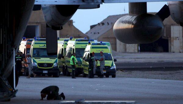 Египетские военные и спасатели осуществляют отправку тел жертв крушения российского самолета в Каир, Египет. 31 октября 2015