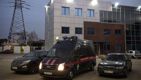 Автомобиль у офиса авиакомпании Когалымавиа - владельца компании Метроджет (Metrojet) на Южнопортовой улице в Москве, где проходят обыски в связи с расследованием катастрофы лайнера Airbus-321