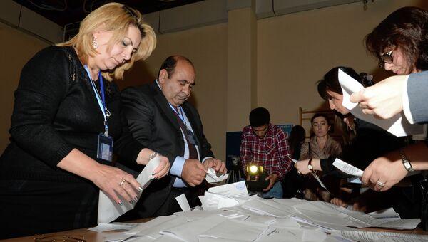 Члены избирательной комиссии во время подсчета голосов на одном из избирательных участков в Баку по окончании голосования на парламентских выборах в Азербайджане. Архивное фото
