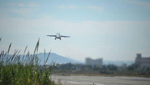 Российский самолет взлетает в аэропорту Хмеймим в Латакии, Сирия