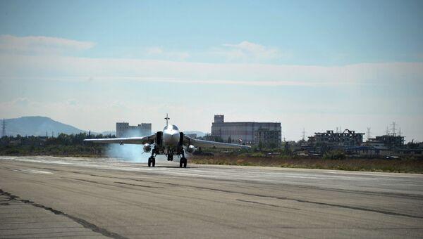 Российский самолет садится на авиабазе Хмеймим. Архивное фото
