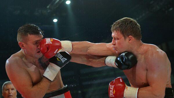 Мариуш Вах (Польша) и Александр Поветкин (Россия) во время боя за титул WBC Silver в супертяжелом весе на боксерском шоу в Казани