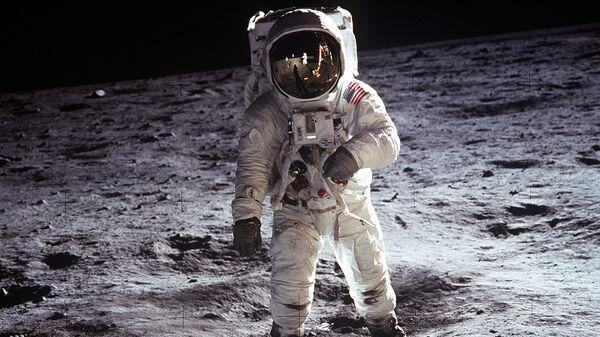 Астронавты Нил Армстронг и Эдвин Олдрин в книге рекордов Гиннесса, как первые люди на Луне