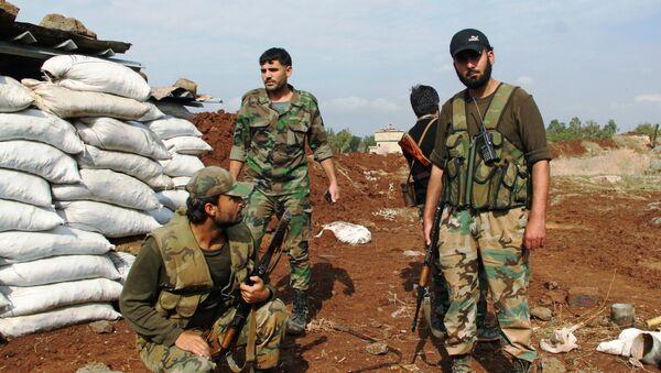 Солдаты сирийской армии на первой линии обороны после отражения атаки боевиков в районе Шейх-Мискин провинции Дераа