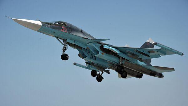 Многофункциональный истребитель-бомбардировщик ВКС РФ Су-34 с модулями РЭБ Хибины на законцовках крыльев взлетает с авиабазы Хмеймим, Сирия. Архивное фото