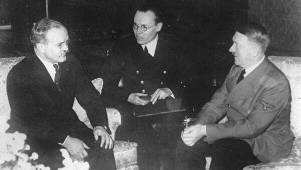 Советский нарком иностранных дел Вячеслав Молотов во время встречи с канцлером нацистской Германии Адольфом Гитлером в Берлине