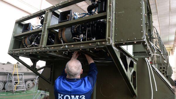 Сотрудник завода в цехе по сборке комплексов радиоэлектронной борьбы. Архивное фото