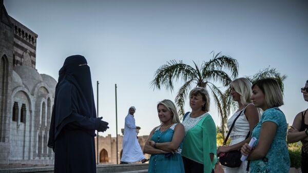 Российские туристы во время посещения главной мечети в египетском городе Шарм-эш-Шейхе