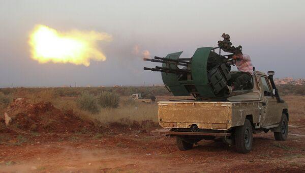 Машина оборудованная тяжелым пулеметом ведет огонь по правительственным войскам в Сирии