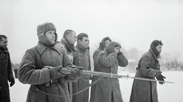 Красноармеец ведет пленных испанской Голубой дивизии