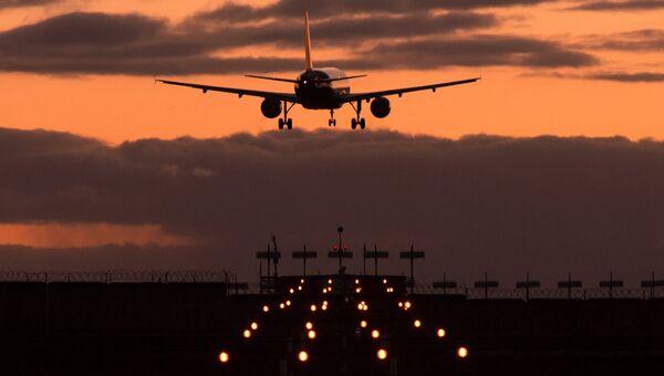 Самолет Airbus A320 авиакомпании Аэрофлот заходит на посадку в международном аэропорту Шереметьево. Архивное фото