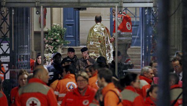 Люди у театра Батаклан  в Париже, где произошел теракт. Архивное фото