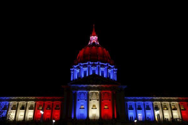 Городская ратуша в цветах французского флага в память о жертвах терактов, Сан-Франциско, США