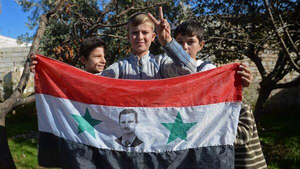 Дети в освобожденном селе в пригороде сирийского города Алеппо. Архивное фото