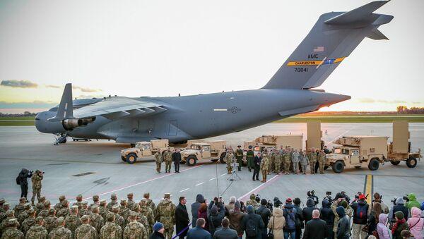 Самолет ВВС США и американские радиолокационные комплексы контрбатарейной борьбы в аэропорту имени Даниила Галицкого. Архивное фото