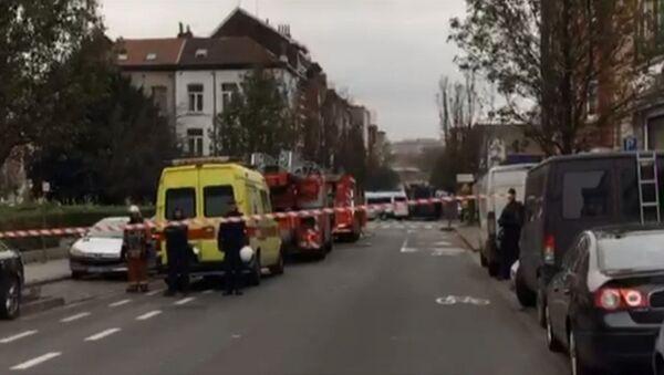Полиция в поисках предполагаемого террориста перекрыла улицу в Брюсселе. Архивное фото