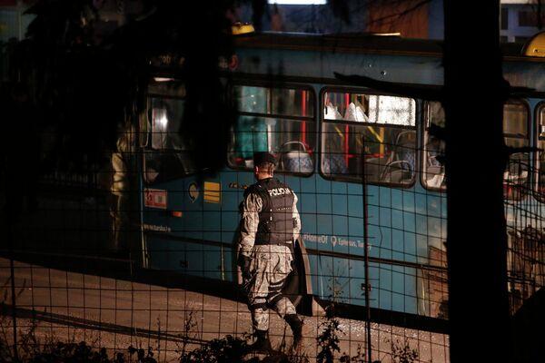 Боснийский полицейский на месте стрельбы в Сараево