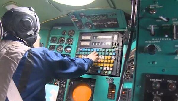 Пилот в кабине стратегического бомбардировщика-ракетоносца Ту-95 Военно-космических сил России. Архивное фото